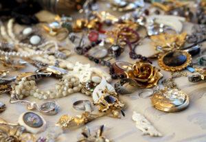 Read more about the article Comment nettoyer des bijoux noircis trouvés à petits prix en brocante ?