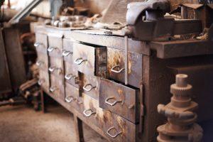 Brocante : comment reconnaître les objets anciens de valeur ?