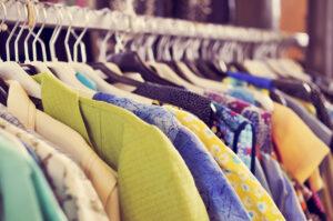 Read more about the article Comment recycler les vieux vêtements trouvés en vide-greniers ou dans les placards de ses parents ?